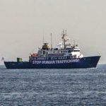 Um navio ativista anti-migrantes navega pela costa da Tunísia